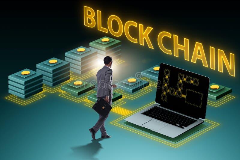 O homem de negócios novo no conceito inovativo do blockchain fotografia de stock royalty free