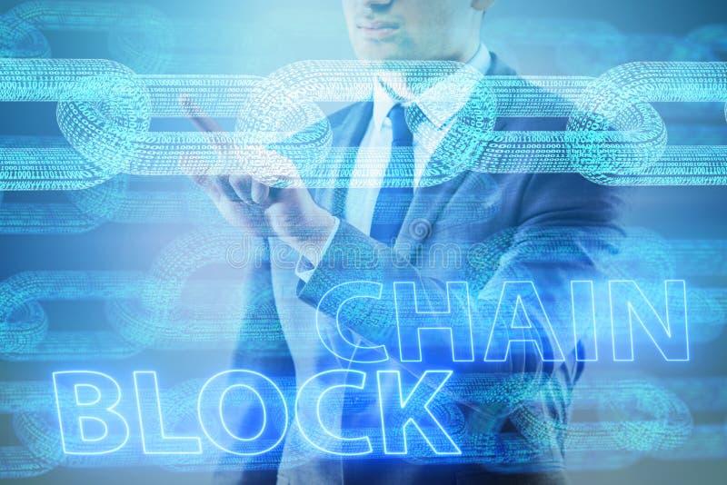O homem de negócios novo no conceito inovativo do blockchain ilustração stock