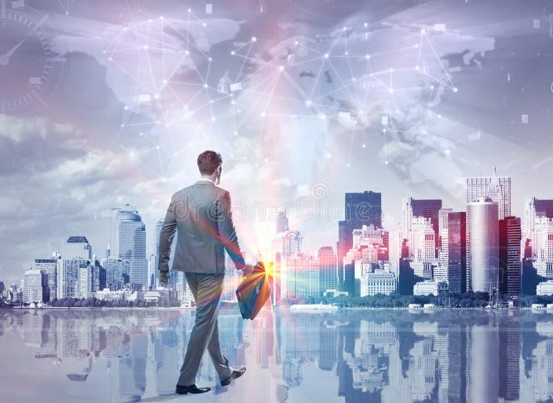 O homem de negócios novo no conceito social dos meios foto de stock