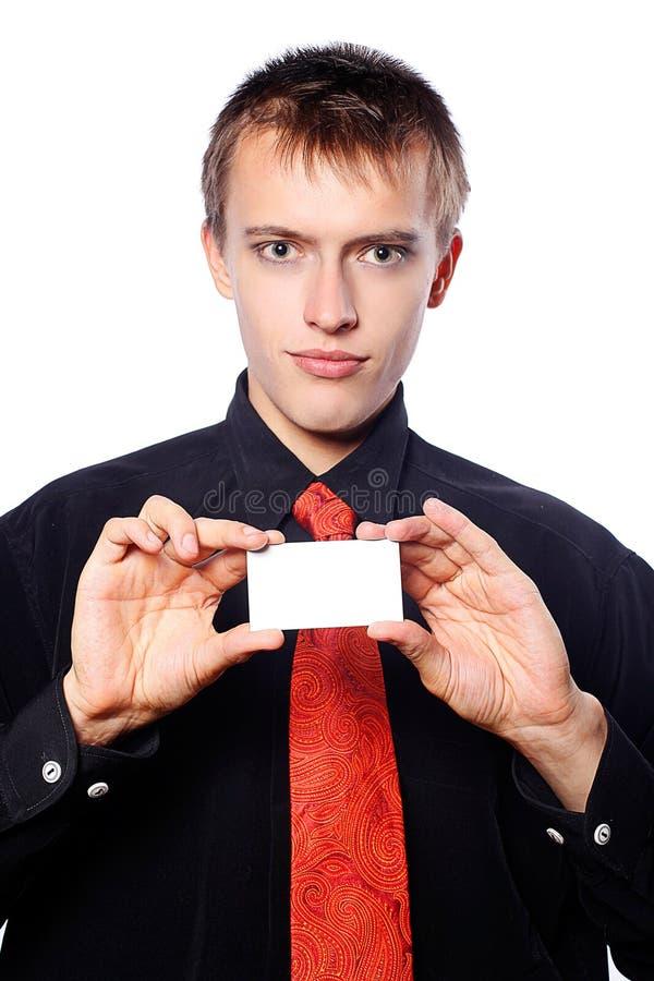 O homem de negócios novo prende um cartão vazio fotografia de stock royalty free