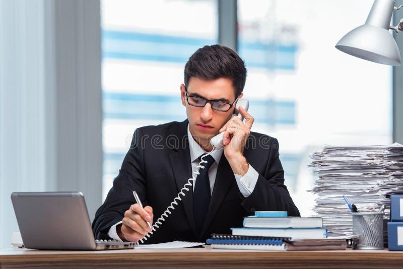 O homem de negócios novo que fala no telefone imagens de stock royalty free