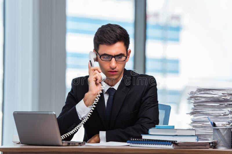 O homem de negócios novo que fala no telefone imagem de stock