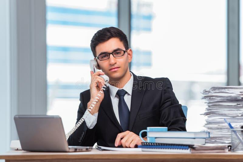 O homem de negócios novo que fala no telefone fotografia de stock royalty free