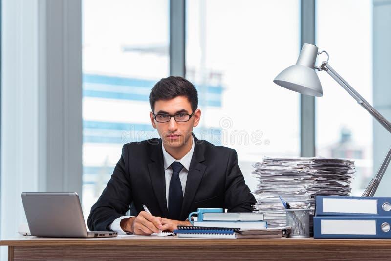 O homem de negócios novo que trabalha no escritório imagem de stock