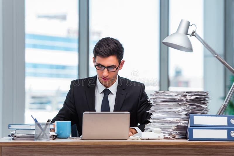 O homem de negócios novo que trabalha no escritório fotografia de stock royalty free