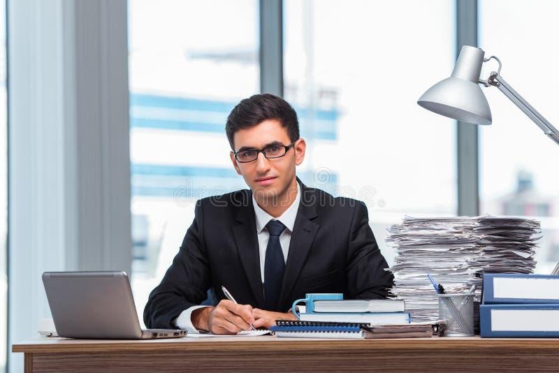 O homem de negócios novo que trabalha no escritório imagem de stock royalty free