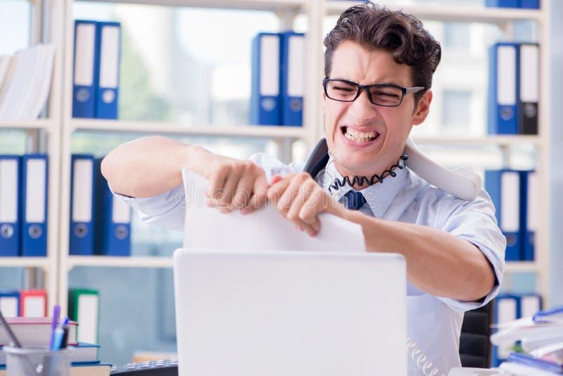 O homem de negócios novo sob a pressão no escritório entregar tarefas fotos de stock royalty free