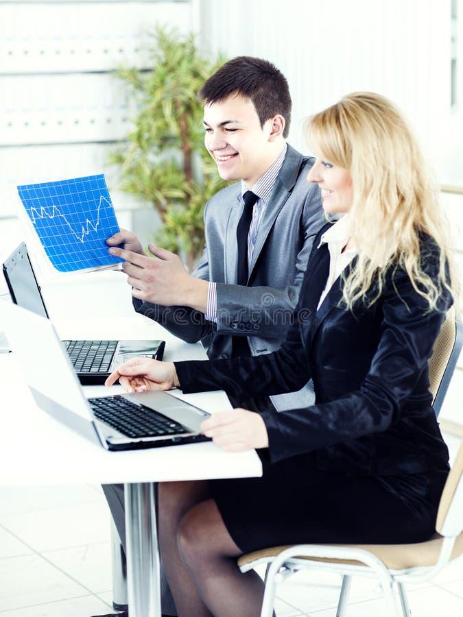 Download Sorrisos Novos Do Homem De Negócios Foto de Stock - Imagem de pessoa, gerente: 29826590