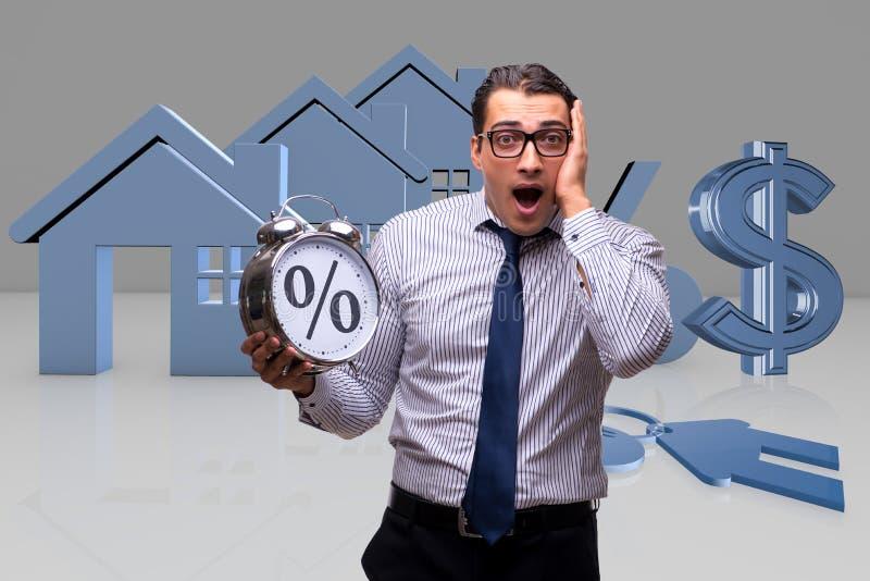 O homem de negócios novo surpreendido em taxas hipotecárias altas do interesse imagem de stock royalty free