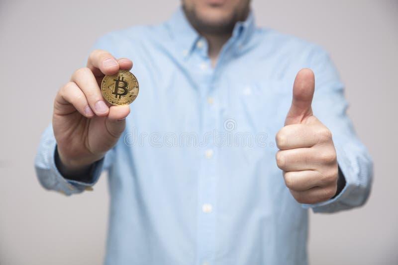 O homem de negócios oferece o bitcoin na mão fotografia de stock royalty free