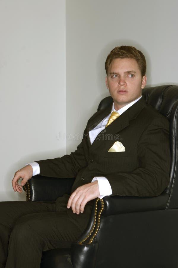 O homem de negócios olha direito fotografia de stock royalty free