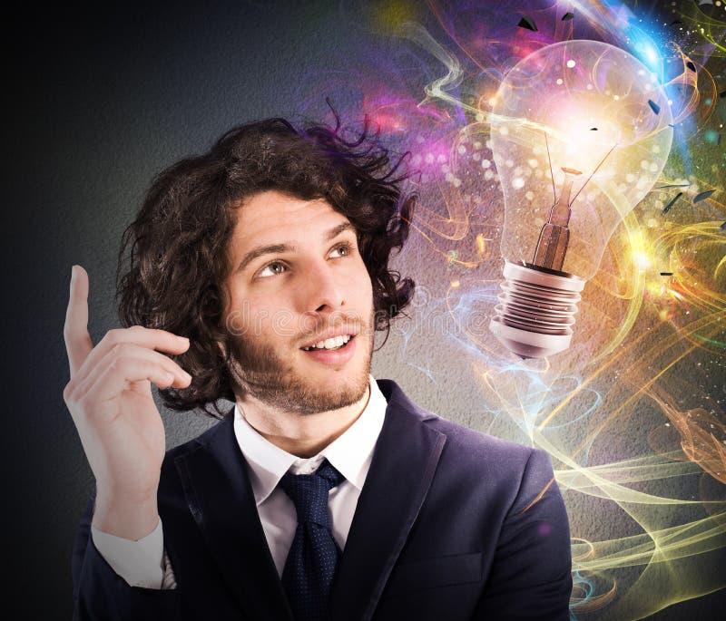 O homem de negócios pensa de uma ideia criativa nova fotos de stock royalty free