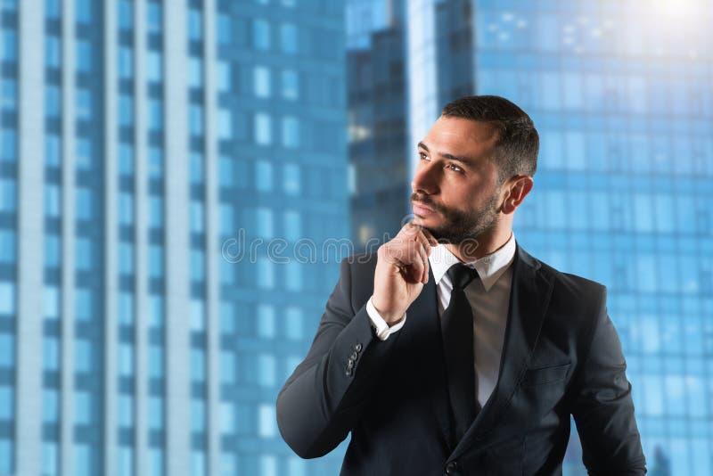 O homem de negócios pensa estratégias novas para crescer acima a empresa foto de stock royalty free