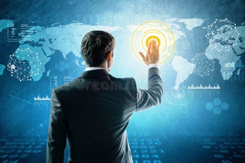 O homem de negócios pressiona o mapa do mundo interativo imagem de stock royalty free