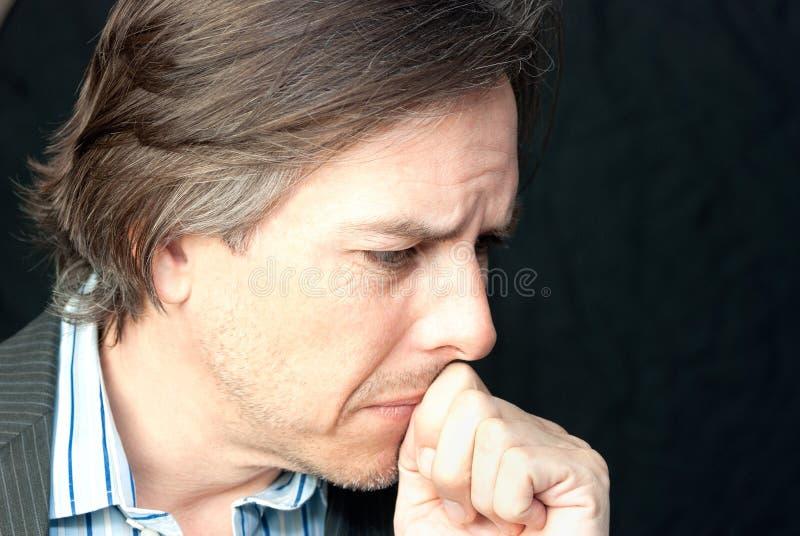Download O Homem De Negócios Pressiona O Punho Para Mouth Foto de Stock - Imagem de miserável, profissional: 26517126