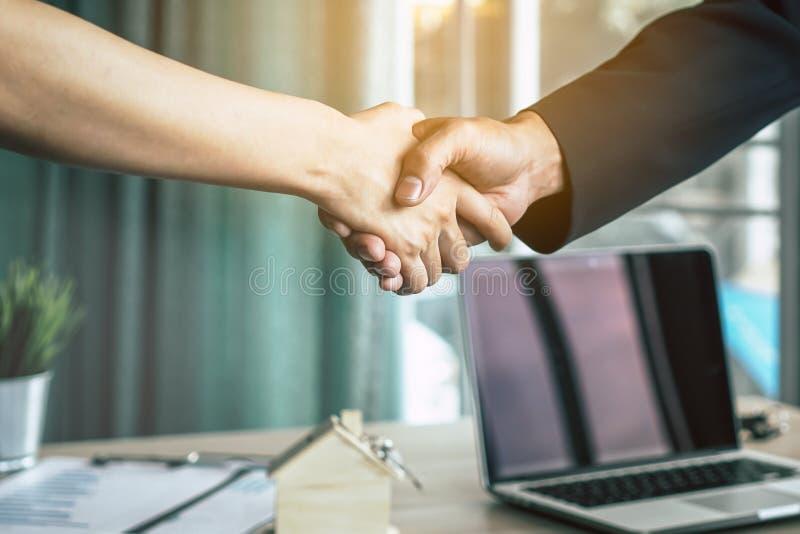 O homem de negócios que agita as mãos com o cliente após a negociação é concordado e o contrato é assinado foto de stock royalty free