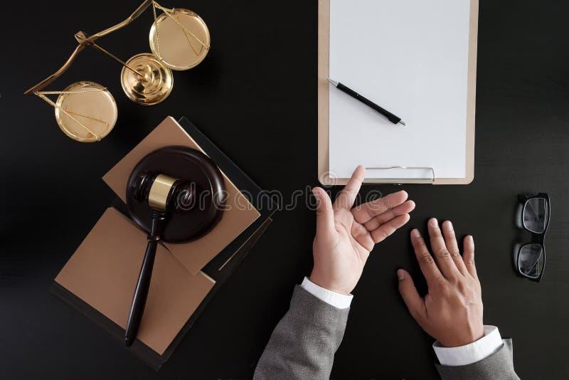 O homem de negócios que agita as mãos julga o martelo com o trus dos advogados de justiça foto de stock royalty free