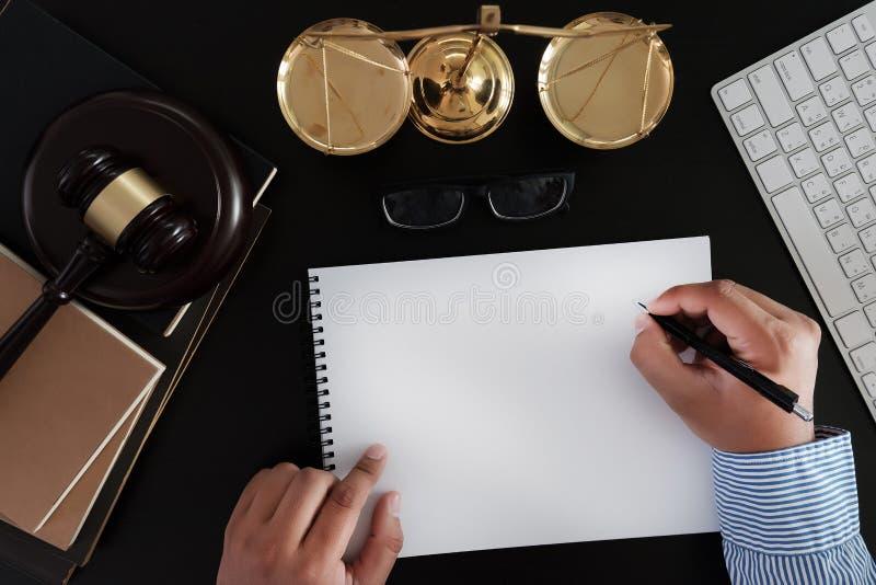 O homem de negócios que agita as mãos julga o martelo com o trus dos advogados de justiça fotos de stock royalty free