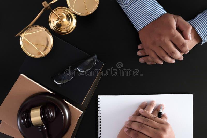 O homem de negócios que agita as mãos julga o martelo com o trus dos advogados de justiça imagens de stock