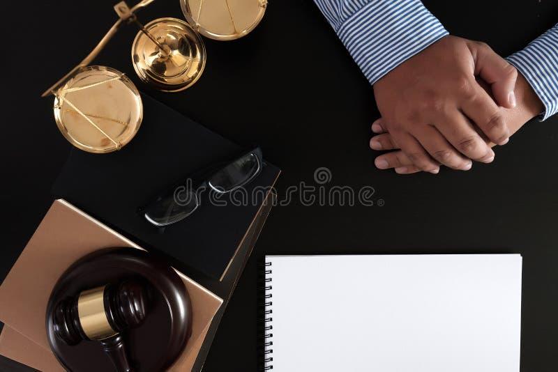 O homem de negócios que agita as mãos julga o martelo com o trus dos advogados de justiça imagem de stock royalty free