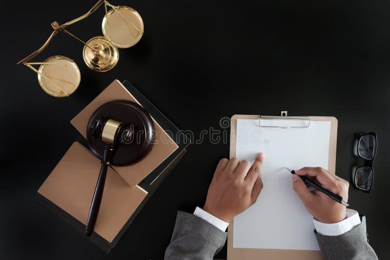 O homem de negócios que agita as mãos julga o martelo com o trus dos advogados de justiça fotos de stock