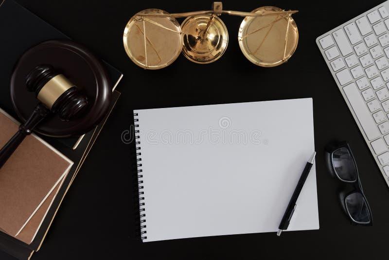 O homem de negócios que agita as mãos julga o martelo com o trus dos advogados de justiça imagem de stock