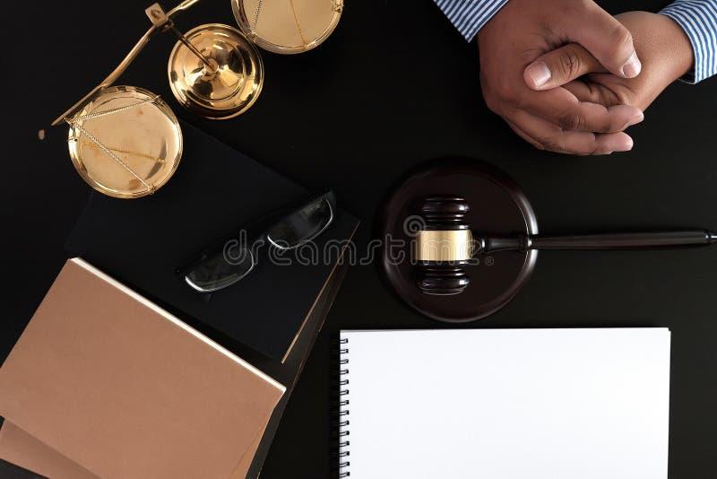 O homem de negócios que agita as mãos julga o martelo com o trus dos advogados de justiça imagens de stock royalty free
