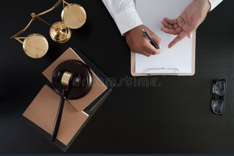 O homem de negócios que agita as mãos julga o martelo com o trus dos advogados de justiça fotografia de stock