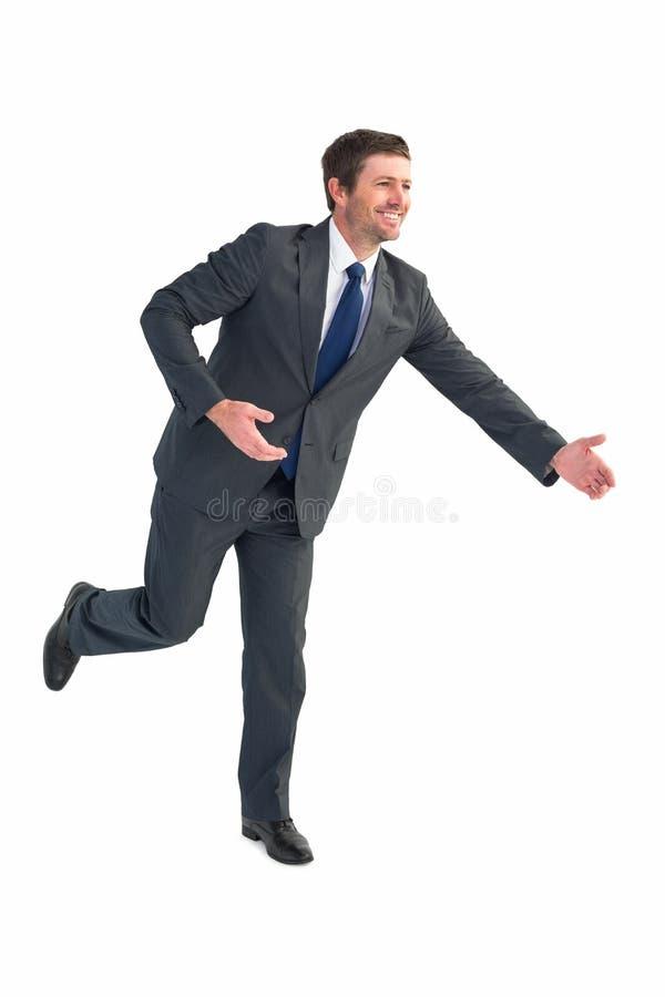 O homem de negócios que anda com o seu distribui fotografia de stock