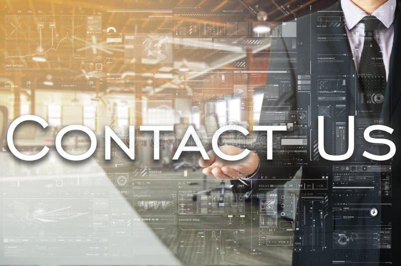 O homem de negócios que apresenta o texto contacta-nos na tela virtual É fotos de stock