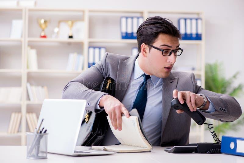 O homem de negócios que apressa-se no escritório fotografia de stock