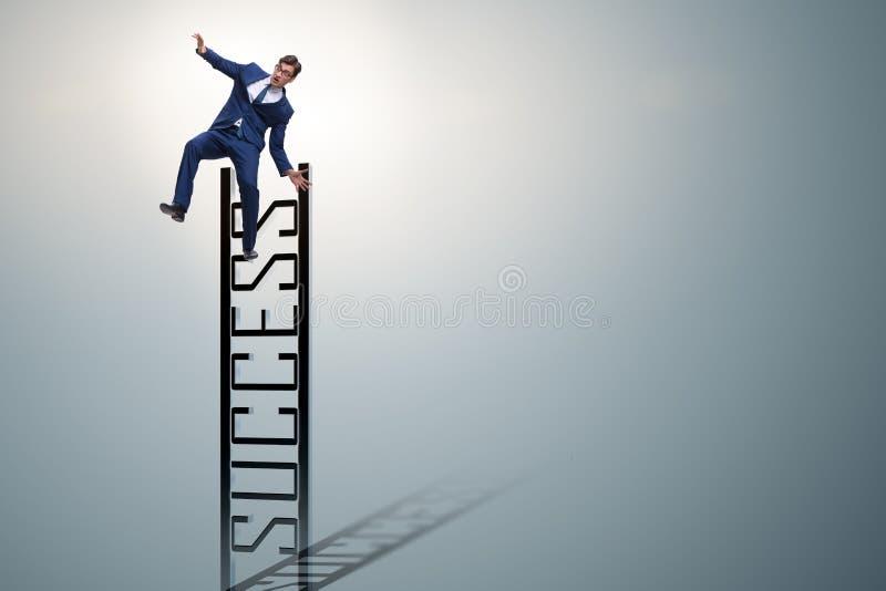 O homem de negócios que desliza da parte superior da escada imagem de stock royalty free