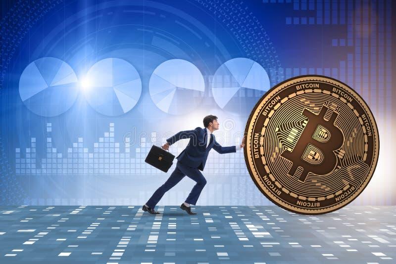 O homem de negócios que empurra o bitcoin no conceito do blockchain do cryptocurrency fotos de stock royalty free