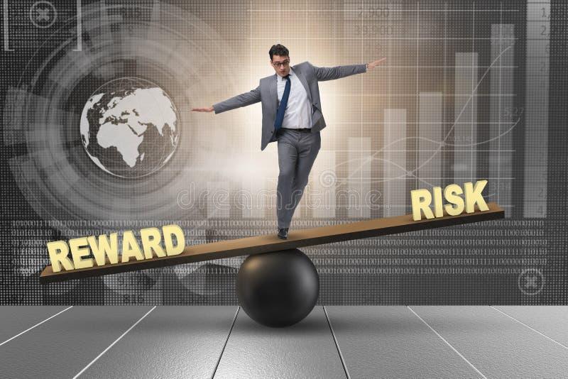 O homem de negócios que equilibra entre a recompensa e o conceito do negócio do risco ilustração do vetor