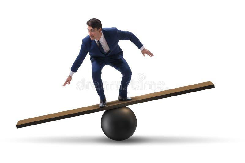 O homem de negócios que equilibra na balancê no conceito da incerteza foto de stock royalty free