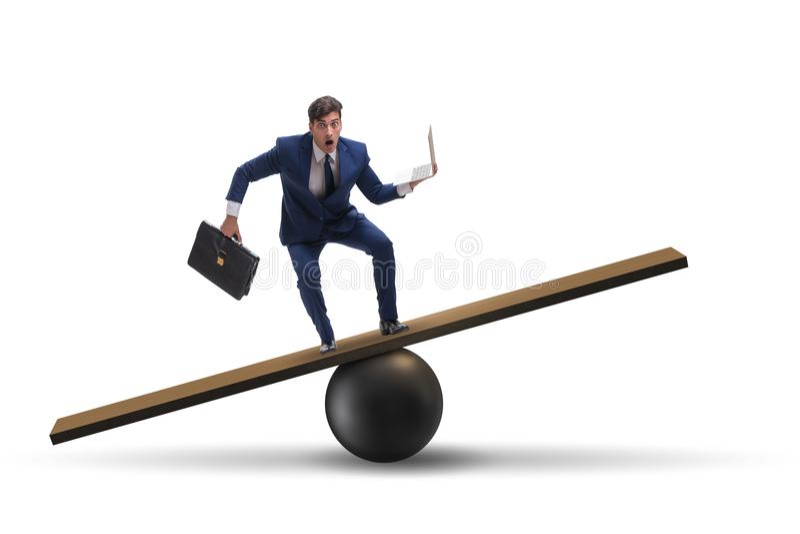 O homem de negócios que equilibra na balancê no conceito da incerteza fotos de stock royalty free