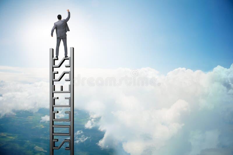 O homem de negócios que escala a escada da carreira do sucesso foto de stock royalty free