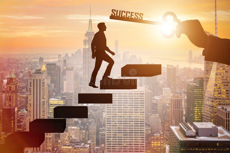 O homem de negócios que escala a escada da carreira do sucesso fotos de stock