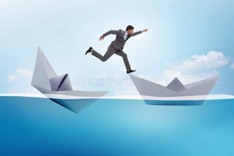 O homem de negócios que escapa o navio de papel afundado do barco imagens de stock royalty free