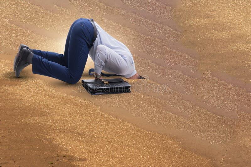 O homem de negócios que esconde sua cabeça na areia que escapa dos problemas foto de stock