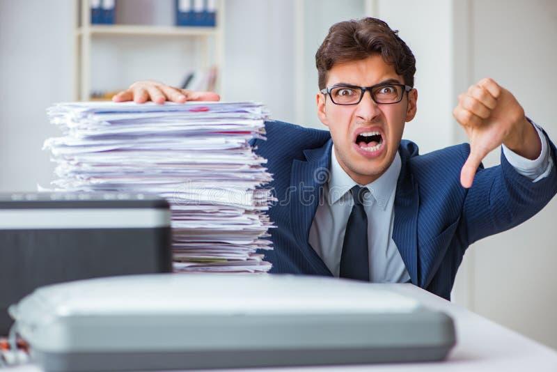 O homem de negócios que faz cópias na máquina de copi imagens de stock royalty free