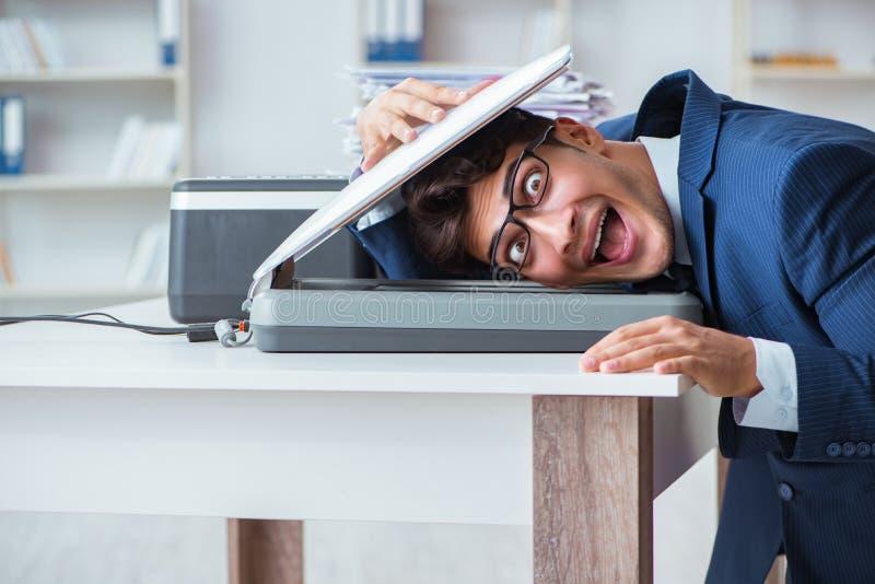O homem de negócios que faz cópias na máquina de copi imagens de stock