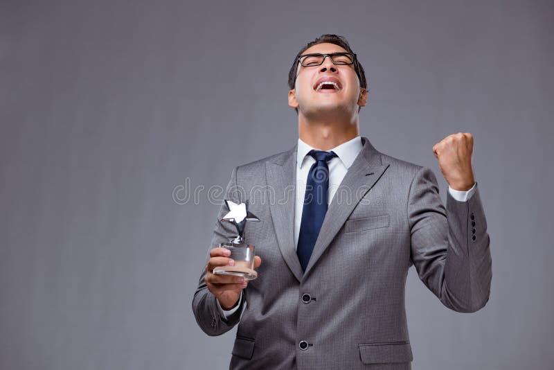 O homem de negócios que guarda a concessão da estrela no conceito do negócio fotos de stock royalty free