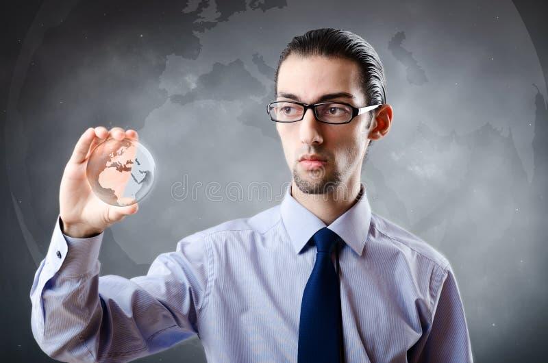 O homem de negócios que guarda a terra no conceito global foto de stock royalty free