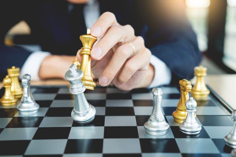 O homem de negócios que joga a figura da xadrez toma a um checkmate um outro rei com equipe, vitória da estratégia ou da gestão o fotos de stock royalty free