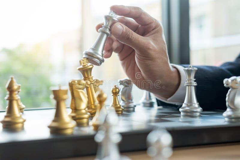 O homem de negócios que joga a figura da xadrez toma a um checkmate um outro rei com equipe, vitória da estratégia ou da gestão o imagens de stock