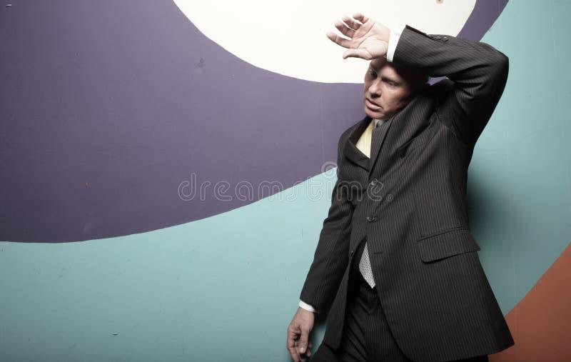 O homem de negócios que limpa seu suou fotografia de stock