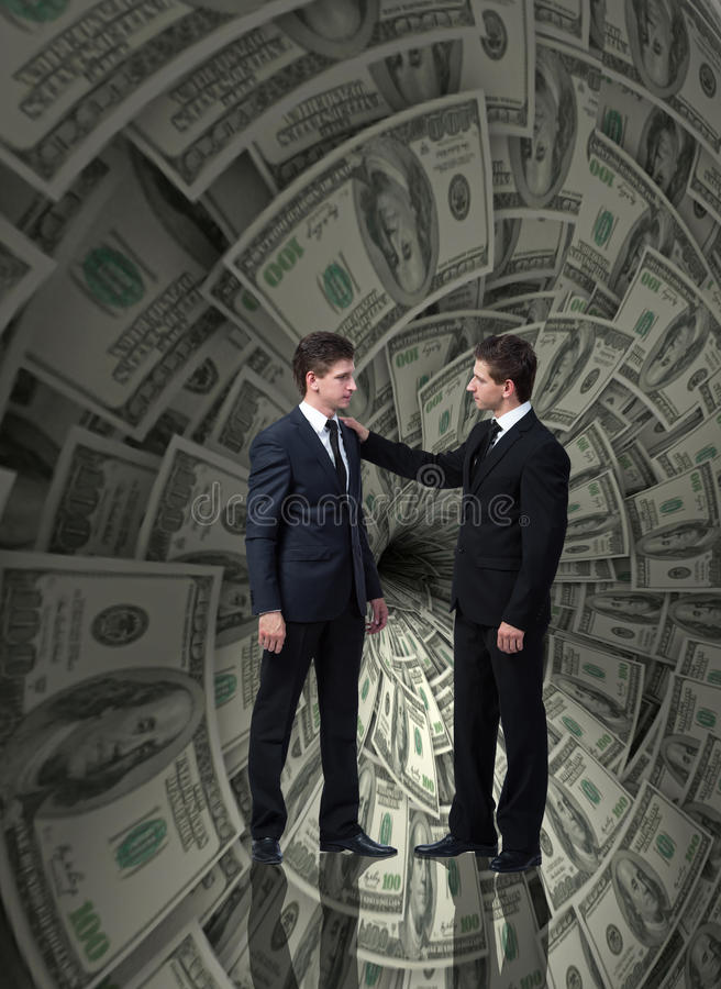 O homem de negócios que luta contra o funil do dólar imagem de stock