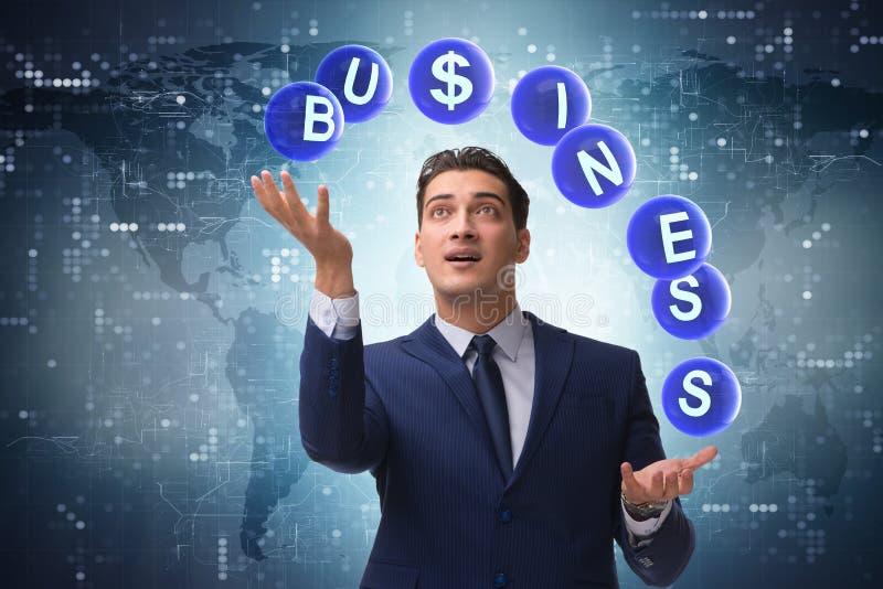 O homem de negócios que manipula entre várias prioridades no negócio imagem de stock royalty free