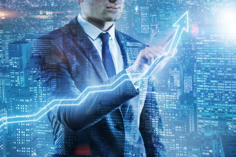 O homem de negócios que pressiona o botão virtual na carta do diagrama fotos de stock royalty free